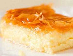 Galaktobureko sfogliata di pasta fillo ripiena di crema semolino