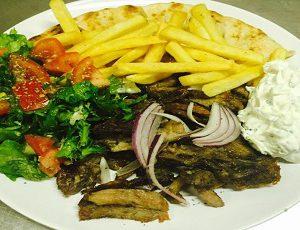 γύρος με πίτα (στο πιάτο) - ghiros me pita (Carne di maiale allo spiedo con focaccia) Piatto con Contorno pita insalata pomodori tzatziki patate fritte
