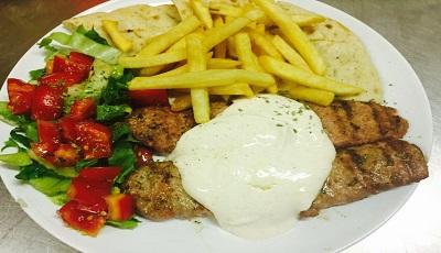 κεμπάπ γιαουρτλού - kebab jaortlu (Macinato di manzo cotto con lo yogurt Piatto con Contorno pita insalata pomodori tzatziki patate fritte