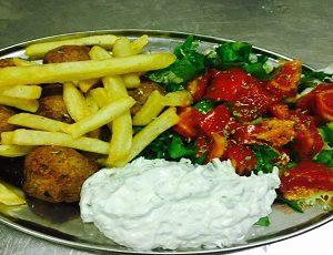 κεφτέδες - keftedes (Polpettine di manzo alla greca) Piatto con Contorno insalata pomodori tzatziki patate fritte