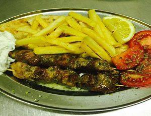 σουβλάκι - souvlaki (2 Spiedini di maiale Piatto con Contorno pita insalata pomodori tzatziki patate fritte