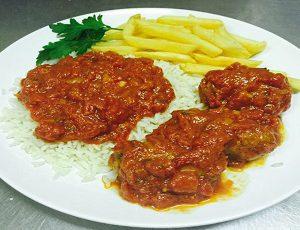 σουτζουκάκια - suzukakia (Polpette di Smirne al pomodoro con menta) Piatto con Contorno riso e patate fritte