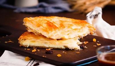 Tiropita sfpgliata di pasta fillo con ripieno formaggio feta